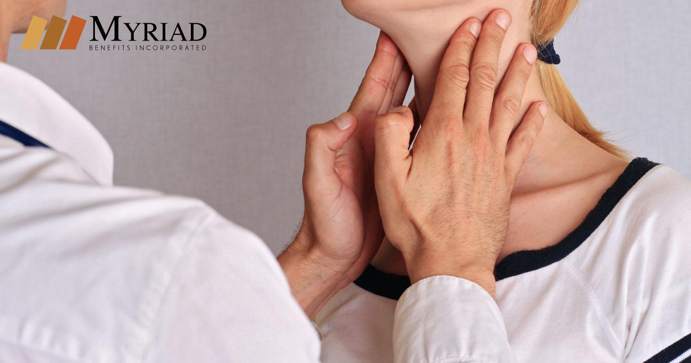 Médico examinando la tiroides
