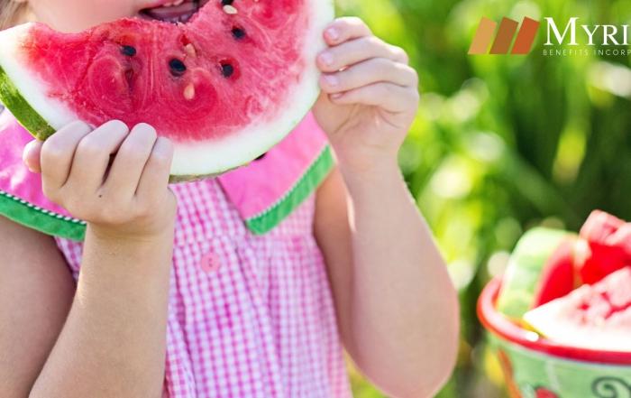 niña comiendo melón