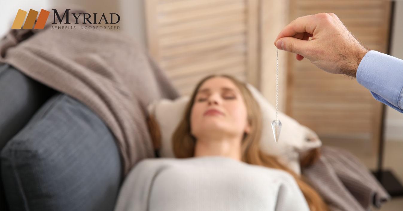 mujer recibiendo hipnosis