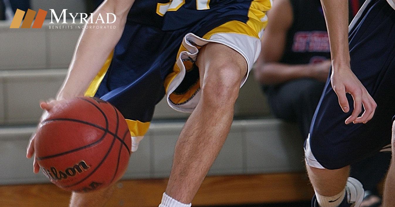 Adolescente jugando baloncesto
