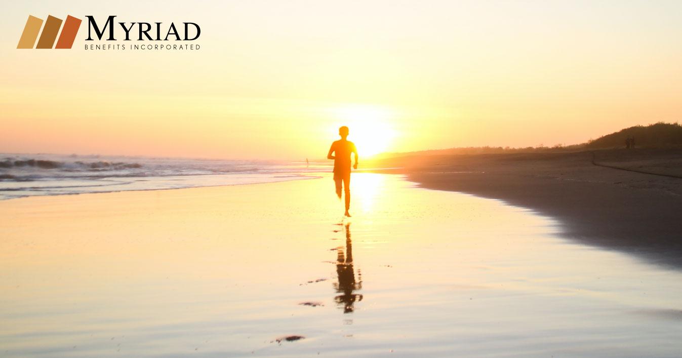 persona corriendo en la playa