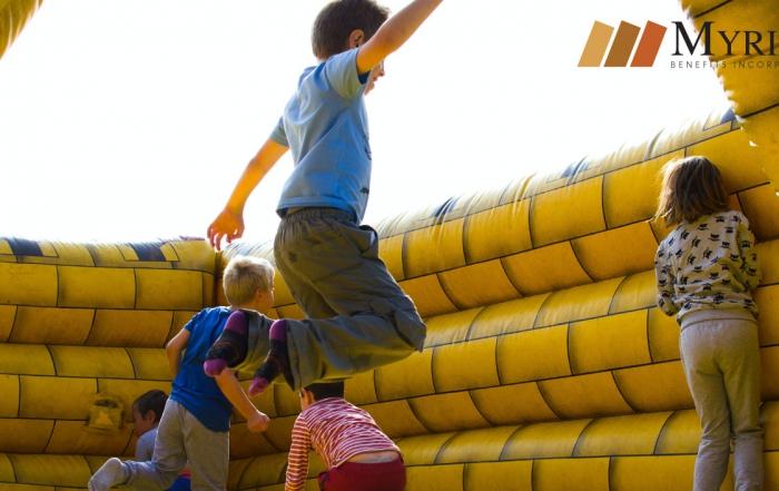 niños brincando en inflable