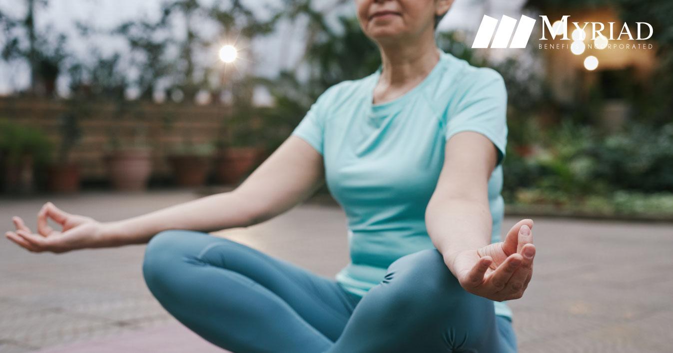 Mujer mayor meditando